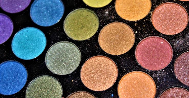 Greif zu: Die gewagteren Farben deiner Schminksammlung sind ideal zum Zweckentfremden an Halloween.