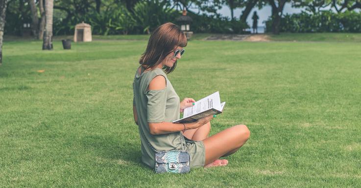 Lesen im Park? Aber nur mit Sonnenbrille!