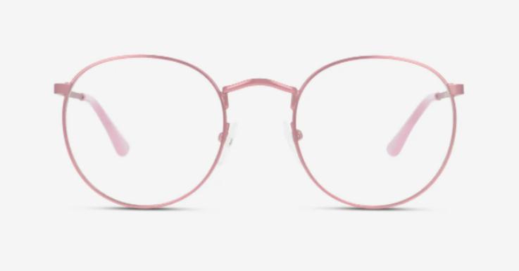 Runde John-Lennon-Brillenform trifft auf Puderrosa. Der Rahmen ist so filigran, dass die Farbe alles andere als aufdringlich wirkt und zu allem passt