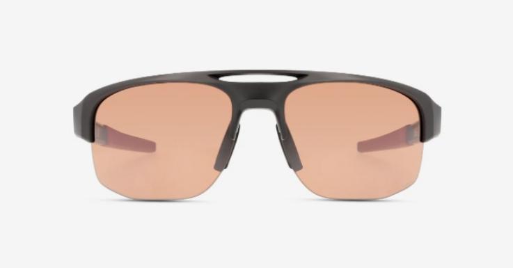 Eine Sportsonnenbrille ist unerlässlich für den Aktivurlaub am Wörthersee. Modell von Oakley