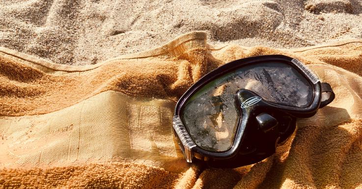 Eine Taucherbrille schütz deine Kontaktlinsen vor Verunreinigungen