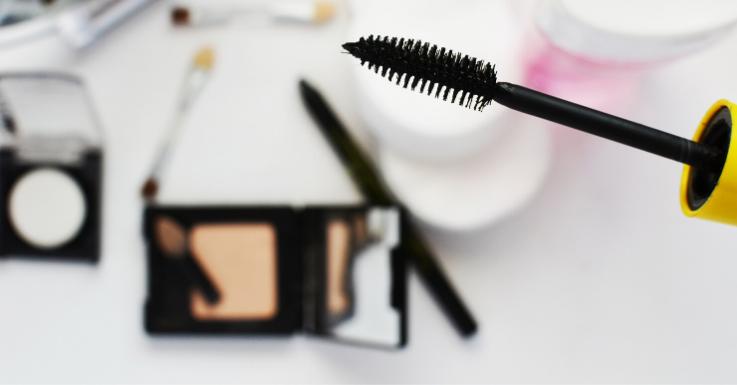 Wir verraten dir die Top-Make-up-Produkte für Kontaktlinsen-Trägerinnen