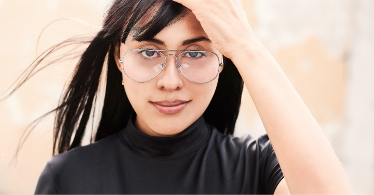 Typische Brillenträger-Probleme auf Fotos: Die Gläser reflektieren und der obere Rahmen liegt vor den Augen.