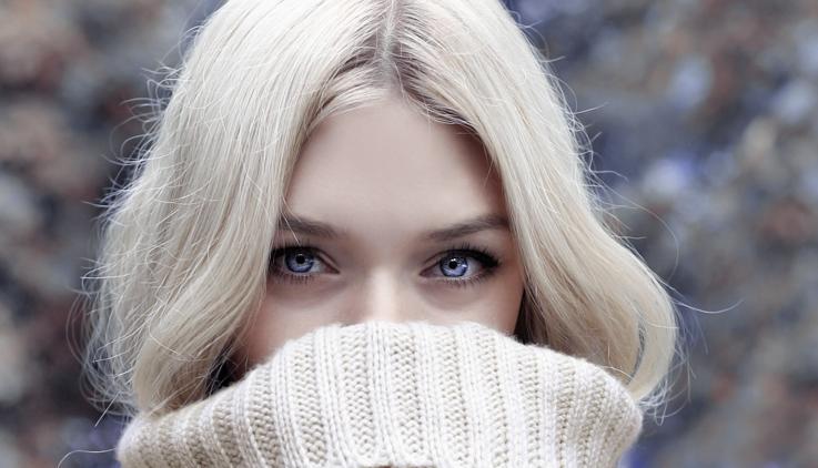 Blaue Augen reagieren empfindlicher auf UV-Strahlung, als braune.