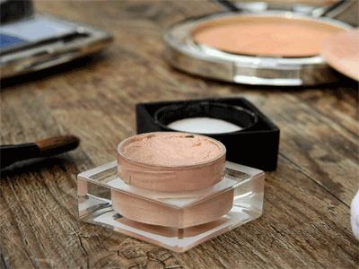 Make-up auf Cremebasis ist am verträglichsten.