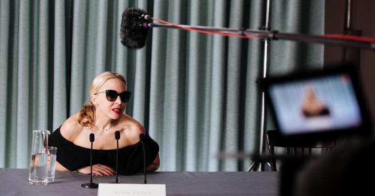Bringt Glamour in jede Lebenslage: Nina Proll