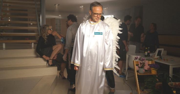 Unser Peale-Optiker-Engel. Im Hintergrund: Das Ehepaar Proll/ Bloéb.