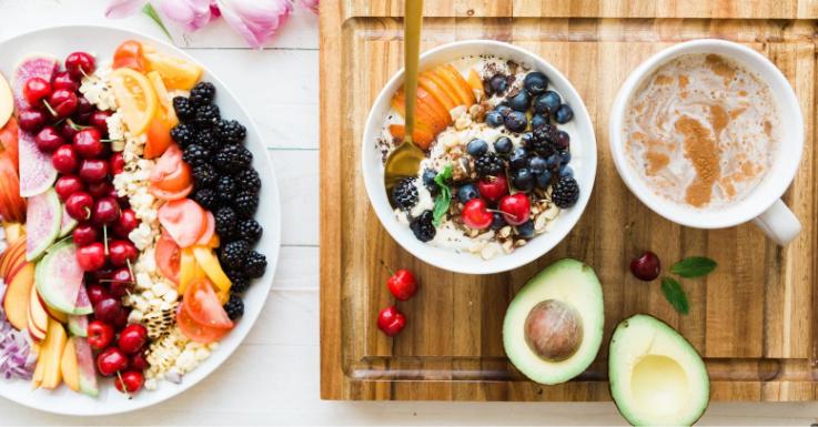 """""""Augenfreundliche"""" Lebensmittel wie Avocado und Beeren lassen sich easy ins Frühstück integrieren"""