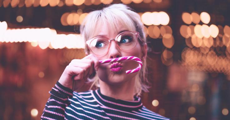 Während du bei Lidschatten und Eyeliner eher auf neutrale Farben setzen solltest, darf es auf den Lippen gerne etwas gewagter sein.