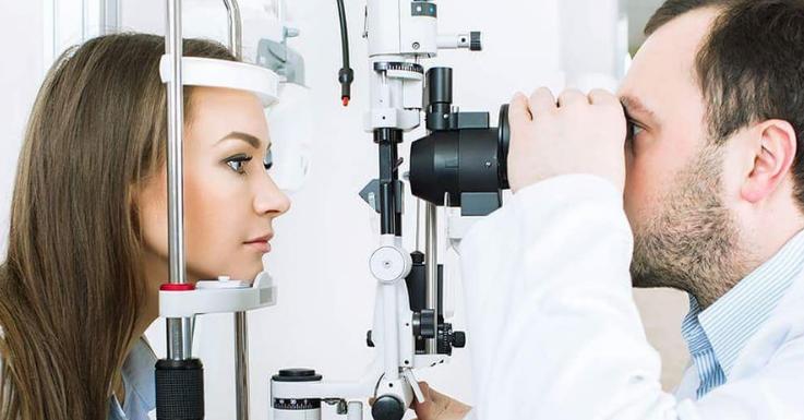Solltest du über einen längeren Zeitraum von Symptomen betroffen oder dir unsicher bezüglich dieser Symptome sein, dann suche einen Augenarzt in deiner Nähe auf!