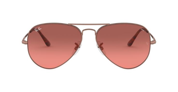 Ray-Ban erfindet die Pilotenbrille immer wieder neu. Diese Saison haben wir uns in die Aviator mit rosa Gläsern verliebt