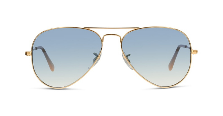 Wahre Aviator-Fans tragen ihren Liebling auch an Fasching. Diese Variante von Ray-Ban mit hellblauen Gläsern und goldenem Rahmen ist unser Favorit für 2020