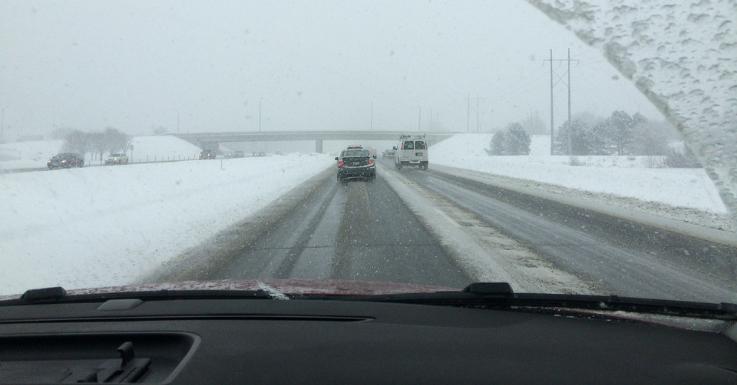 Eine beschädigte oder schmutzige Brille kann beim Autofahren schnell gefährlich werden – vor allem bei Nässe und Schnee.