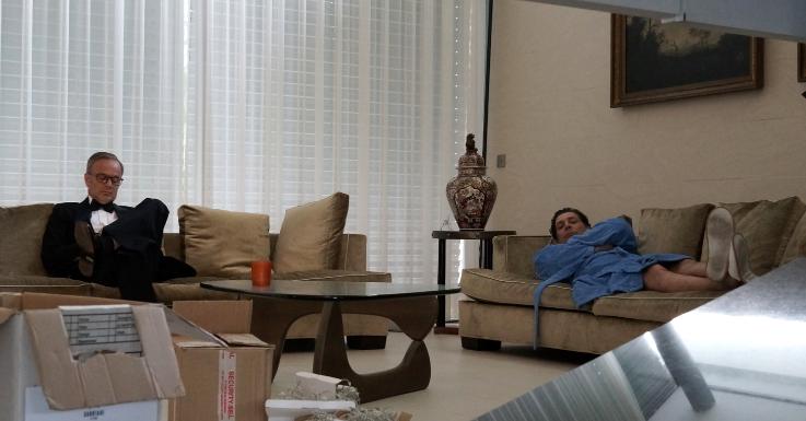 Gregor Bloeb auf Couch