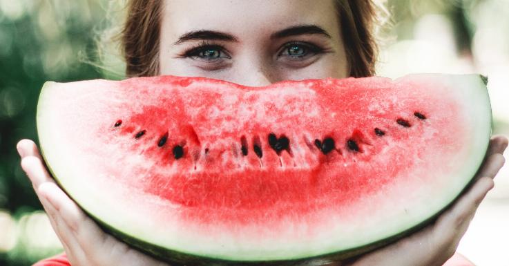 Gesunde Ernährung ist der erste Schritt zum strahlenden Augenaufschlag