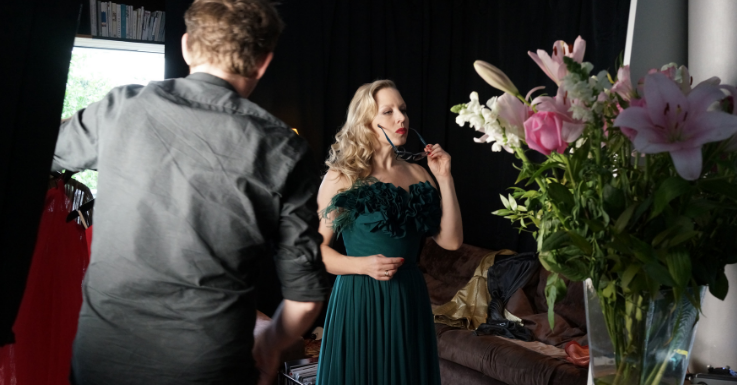 Nina Proll zieht Brille bei TV Spot auf