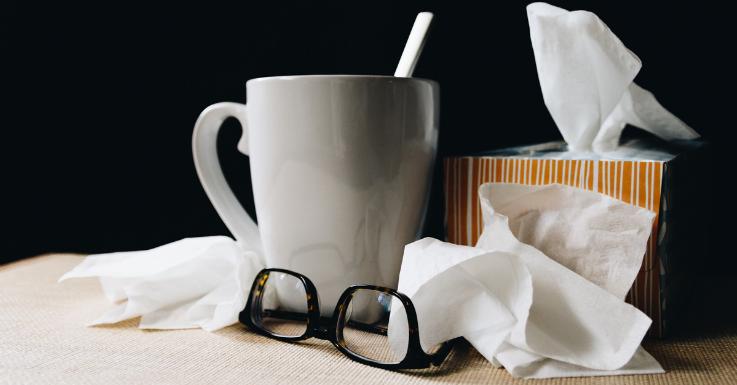 Schnupfen? Die Brille solltest du während deiner Erkältung häufiger putzen, um Bakterien zu entfernen.