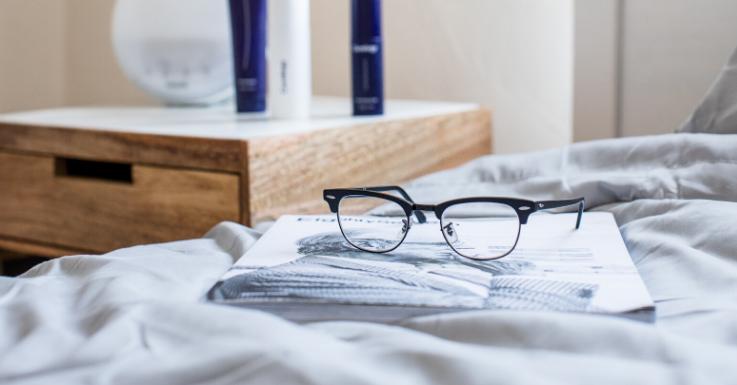 So besser nicht: Bewahre deine Brille immer in einem Etui auf.