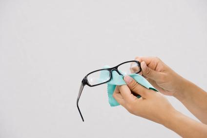 Brille putzen mit Mikrofaser-Tuch
