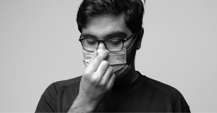 Einwegmasken – wie hier zu sehen – können BrillenträgerInnen zum Verzweifeln bringen. FFP2-Masken sind in dieser Hinsicht etwas vorteilhafter.