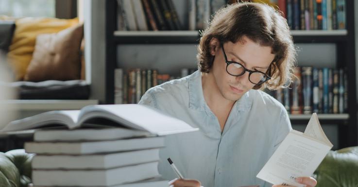 Was BrillenträgerInnen den ganzen Tag machen: lesen und schlau aussehen. Zumindest denken das die meisten Menschen. Umso besser für uns!