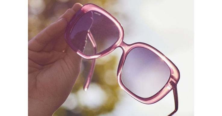 Ob eine Sonnenbrille einen ausreichenden UV-Schutz hat, erkennst du nicht an der Glasfarbe – dafür aber an der Bezeichnung 100% UV-Schutz oder UV 400 (Modell im Bild: Unofficial).