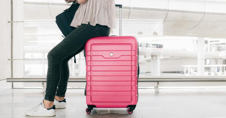 Ganz gleich, wohin die Reise geht: Augentropfen und Sonnenschutz gehören in jeden Koffer.