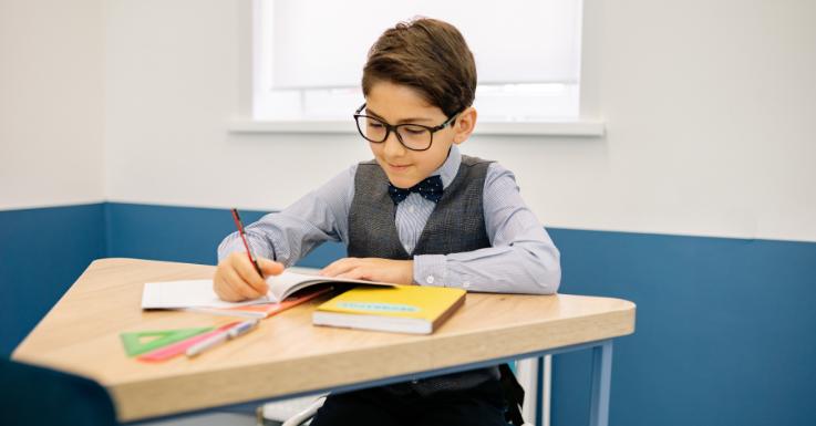 Eine Brille kann den Schulalltag eines Kindes enorm erleichtern.