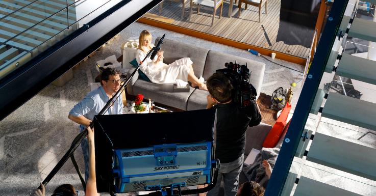 Blick von oben auf das TV-Wohnzimmer von Nina Proll und Gregor Bloéb.