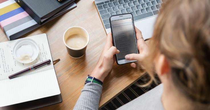 96,2 % aller Berufstätigen nutzen das Internet während der Arbeit.