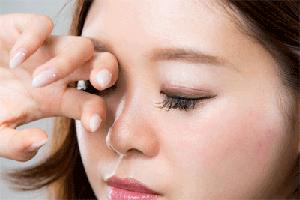 Für Probleme mit Kontaktlinsen gibt es viele Ursachen, die leicht zu beheben sind.