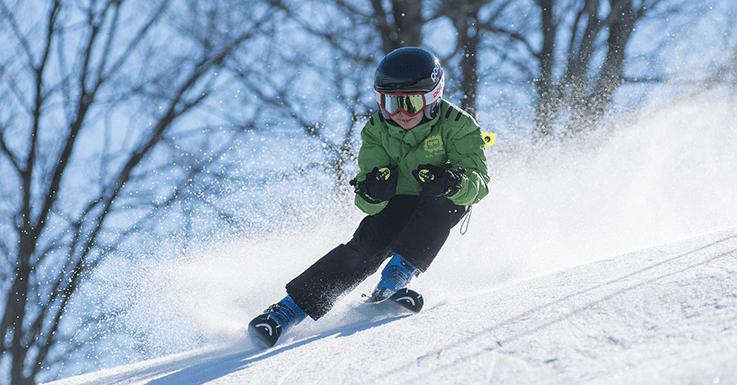Skifahrer in Bergregion